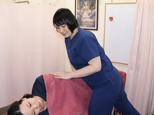 女性施術者の骨盤矯正写真