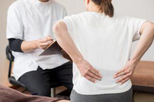腰痛の相談をする人